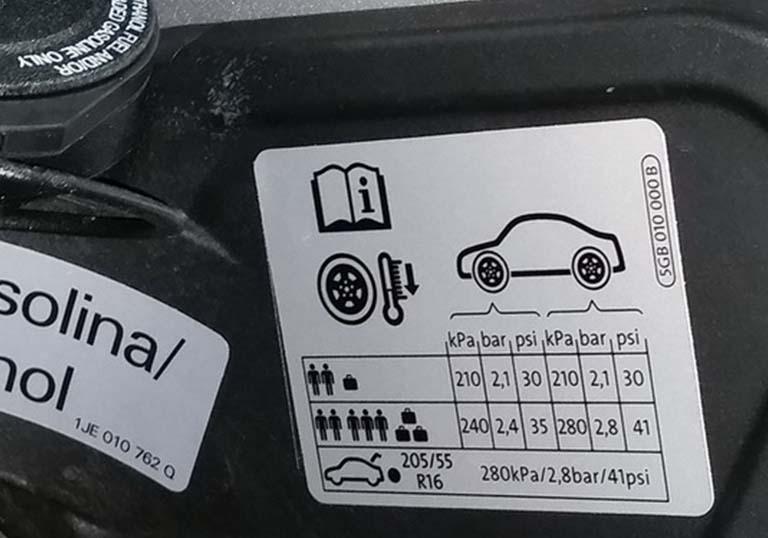 Tabela de pressão dos pneus na portinhola do carro